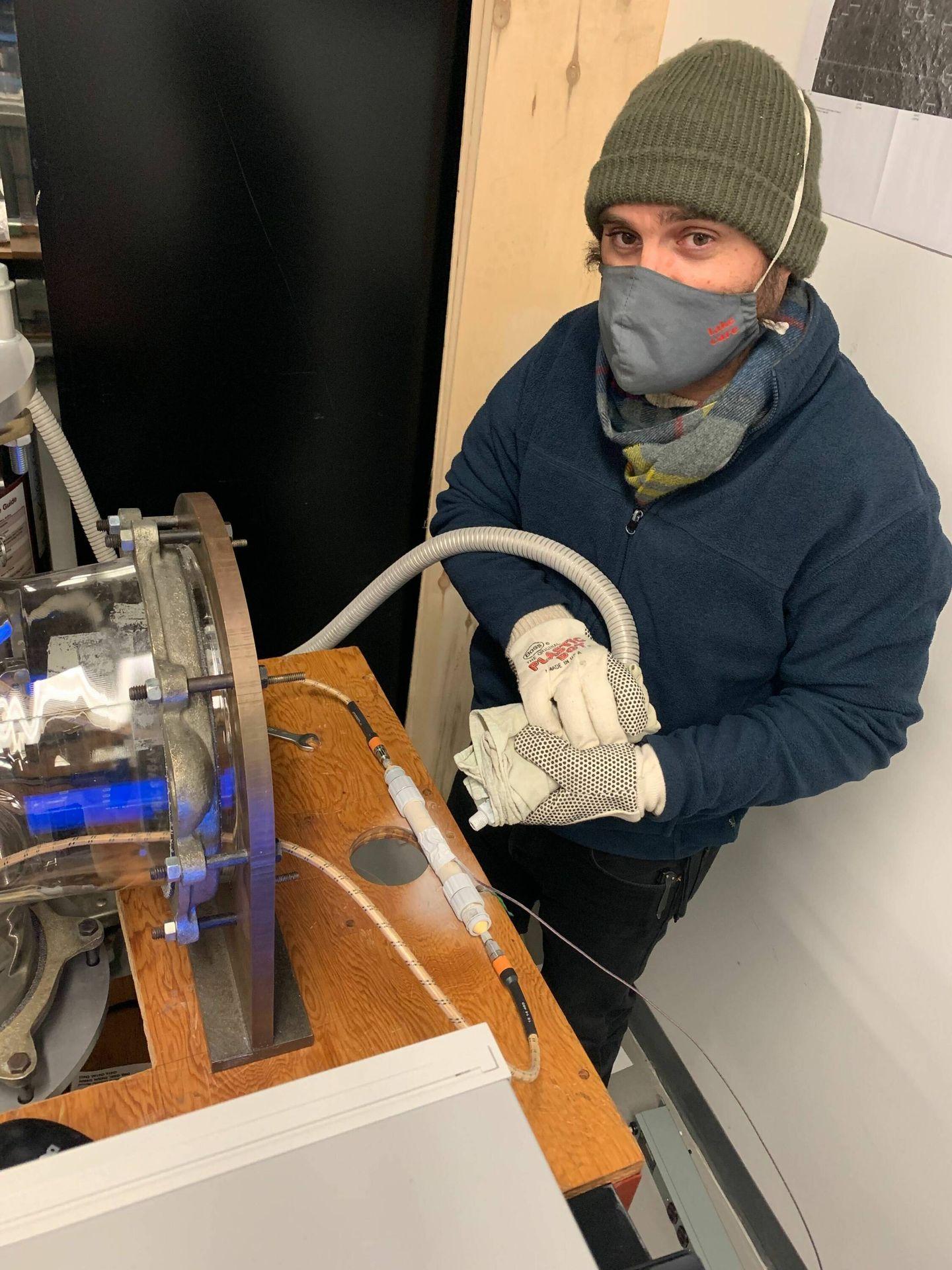 El investigador Isaac Smith preparado para poner la esmectita a -50 °C. (Universidad de York)