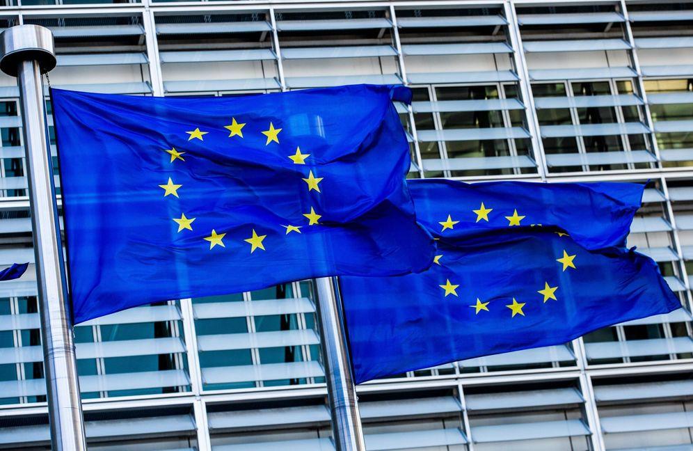 Foto: Banderas de la UE ondean a las puertas de la Comisión Europea en Bruselas. (EFE)