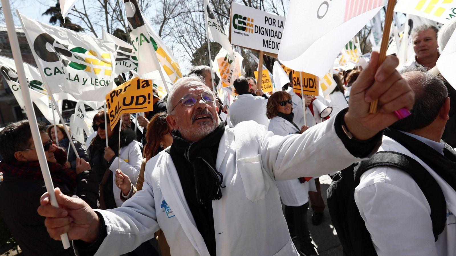 """Foto: Manifestación convocada por el colectivo médico hoy a las puertas del Ministerio de Sanidad bajo el lema """"Hay razones, acude"""". (EFE)"""