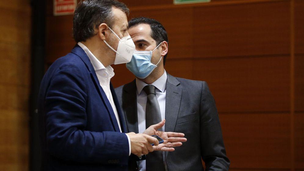 Foto: Reyero y Aguado, en la pasada sesión de control de la Cámara regional. (EFE)
