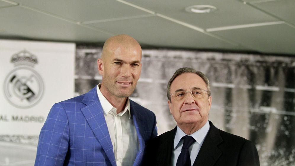 Foto: Florentino Pérez, junto a Zidane, en el acto en el que anunció la destitución de Benítez. (EFE)