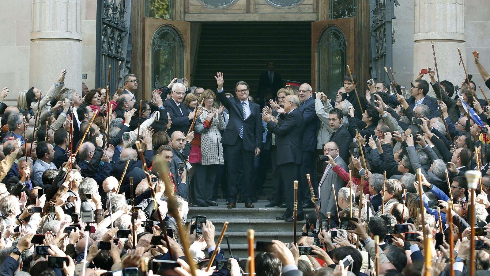 Foto: Artur Mas, saluda a los ciudadanos y alcaldes catalanes que alzan sus varas de mando después de declarar como imputado por organizar el 9-N, el 15 de octubre de 2015. EFE