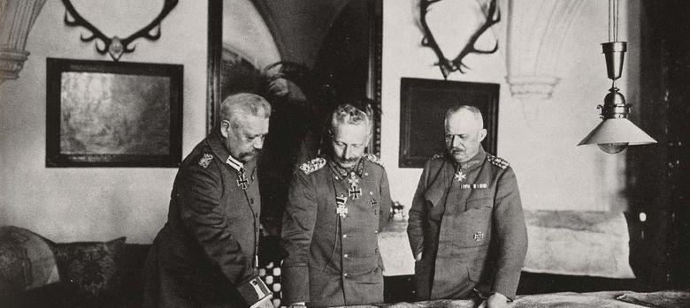 Foto: El mariscal Hindenburg, a la izquierda del emperador Guillermo II. A la derecha, el general Ludendorff.