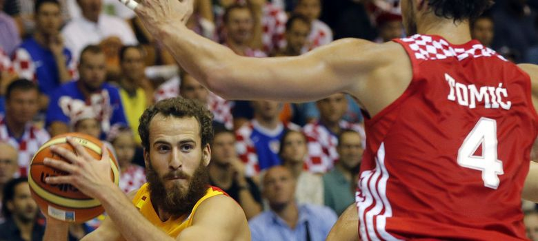 Foto: Sergio Rodríguez intenta penetrar frente a Ante Tomic.
