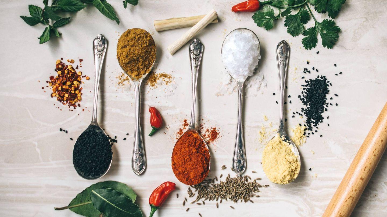 Reduce el consumo de sal, puedes cambiarla por especias. (Calum Lewis para Unsplash)