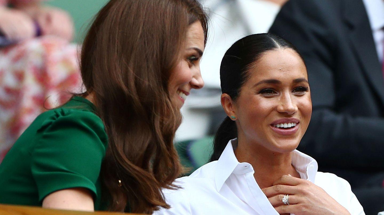 Kate Middleton y Meghan Markle charlan en Wimbledon. (Reuters)