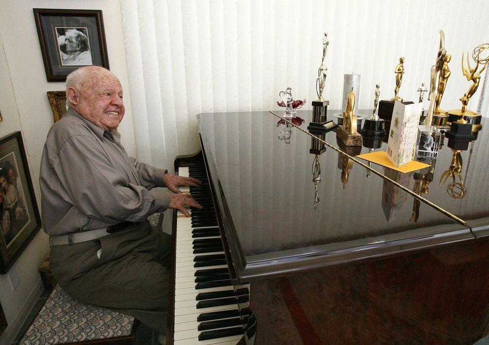 Foto: El actor Mickey Rooney posa junto a su piano y sus premios (Reuters)