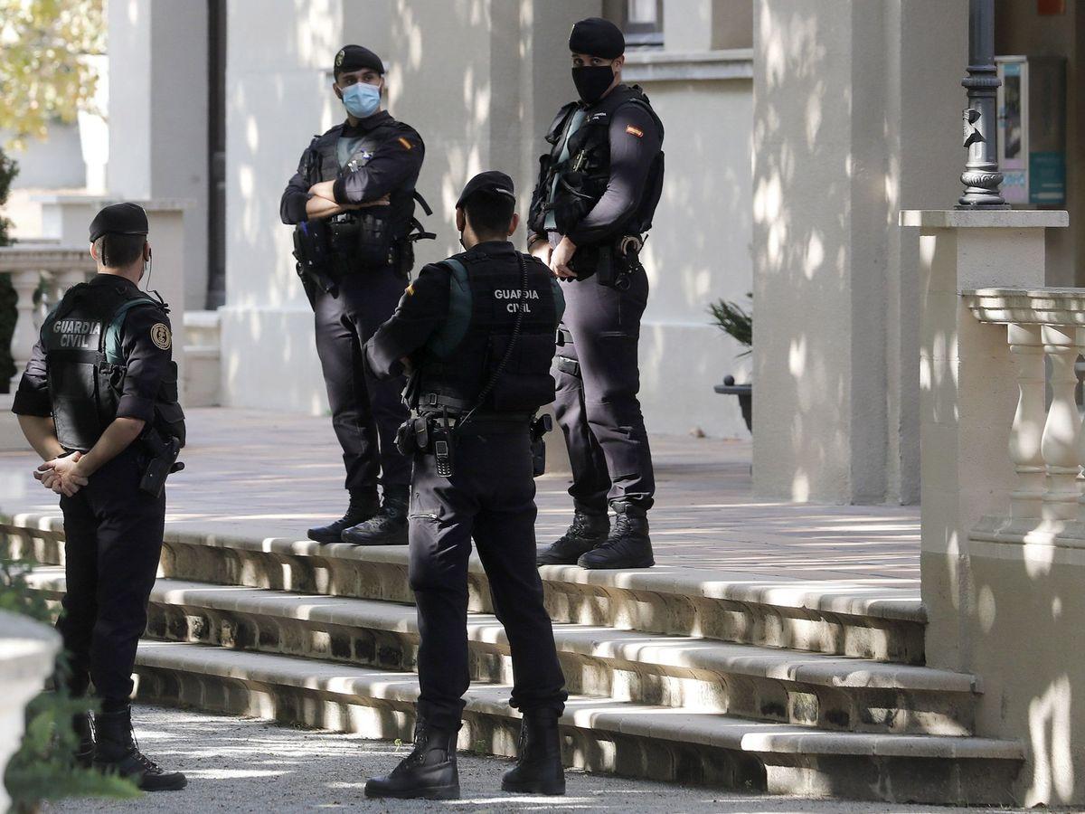 Foto: Agentes de la Guardia Civil custodian la puerta del ayuntamiento de Cabrera de Mar (Barcelona) en el marco de una investigación judicial por presunto desvío de fondos. (EFE)