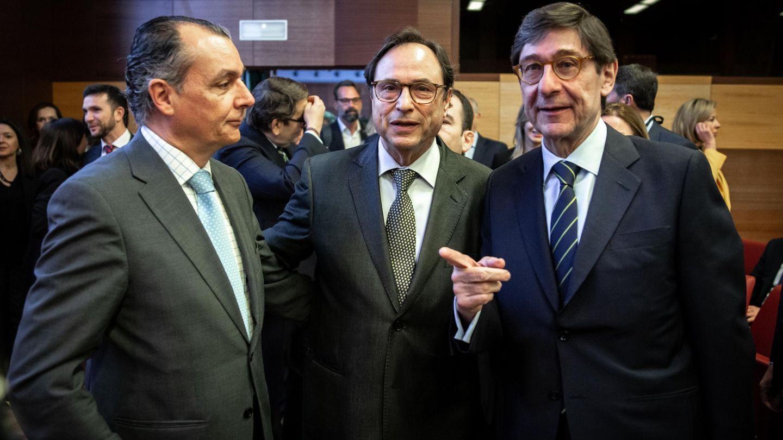 El consejero valenciano de Hacienda, Vicent Soler (c), con el presidente de Bankia, José Ignacio Goirigolzarri (d), y el presidente de la patronal autonómica, Salvador Navarro. (EFE)