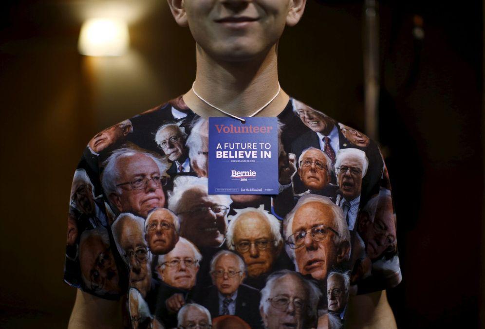 Foto: Un voluntario de la campaña del demócrata Bernie Sanders con una camiseta decorada con imágenes del senador, en Fort Dodge, Iowa (Reuters).