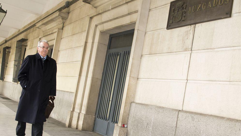 Foto: Imagen de archivo de 2016 del exconsejero Fernández llegando a los juzgados para declarar ante la jueza que instruye los ERE. (EFE)