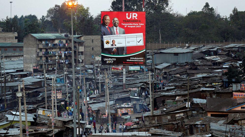 Foto: El presidente Uhuru Kenyatta y su vicepresidente William Ruto, en un cartel del barrio de Mathare, en Nairobi (Reuters)