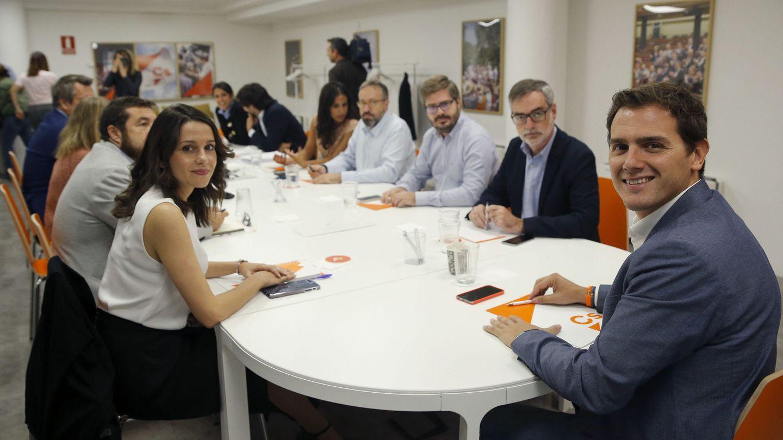 El presidente de Ciudadanos, Albert Rivera (d), la portavoz, Inés Arrimadas (i) y el secretario general, José Manuel Villegas (2d), durante la reunión del comité ejecutivo. (EFE)