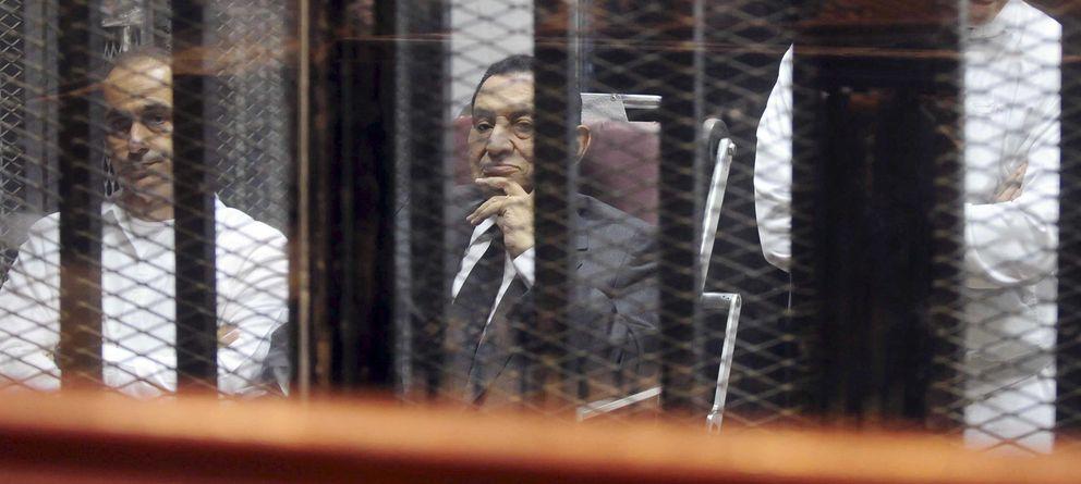 Foto: El expresidente Hosni Mubarak sentado en el banquillo de los acusados junto a su hijo Gamal (i) en El Cairo el pasado 21 de mayo (Reuters).