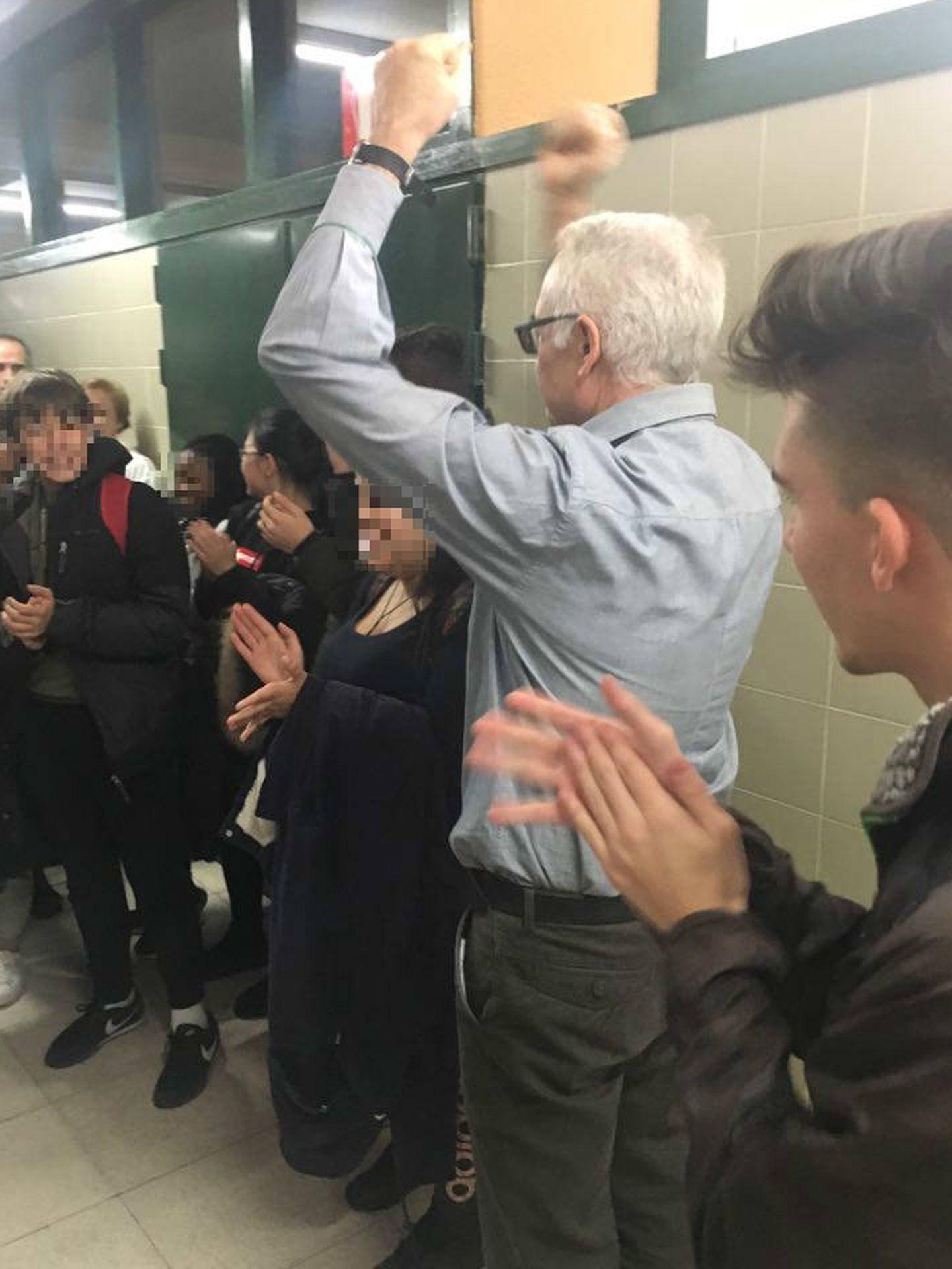 Agustín Moreno es aplaudido por los alumnos durante su homenaje (IES Villa de Vallecas)