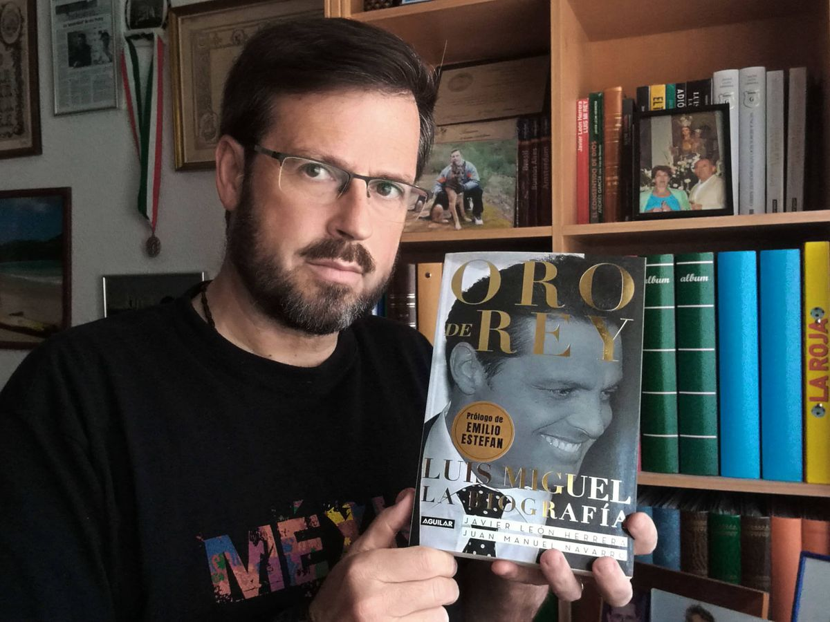 Foto:  Javier León Herrera, con un ejemplar de su libro sobre Luis Miguel. (Foto: Cortesía)