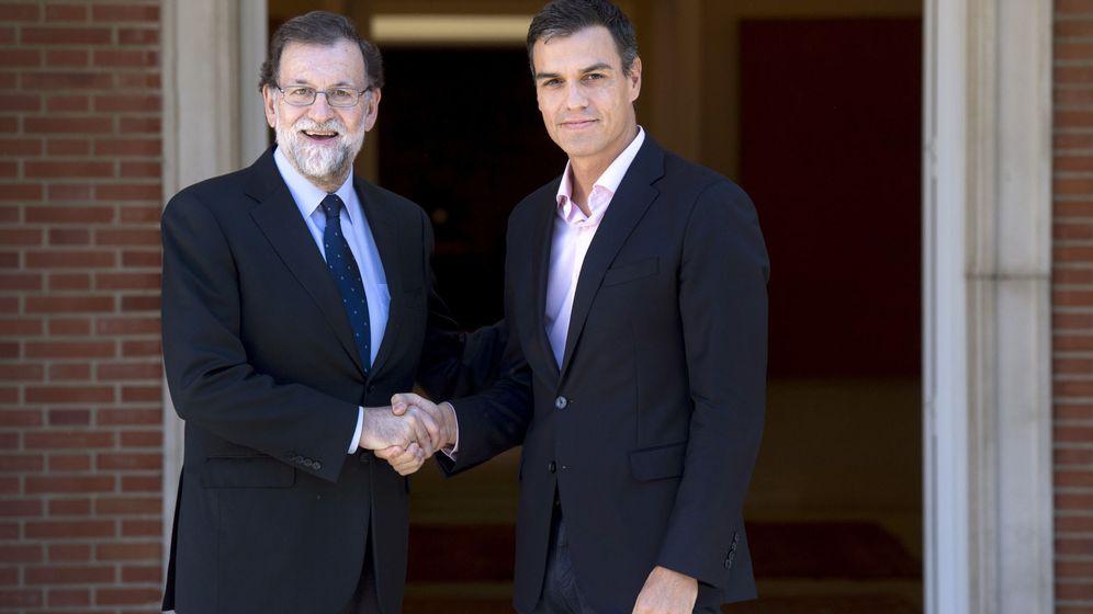 Foto: El presidente del Gobierno, Mariano Rajoy, recibe al líder del PSOE, Pedro Sánchez, en la Moncloa. (EFE)