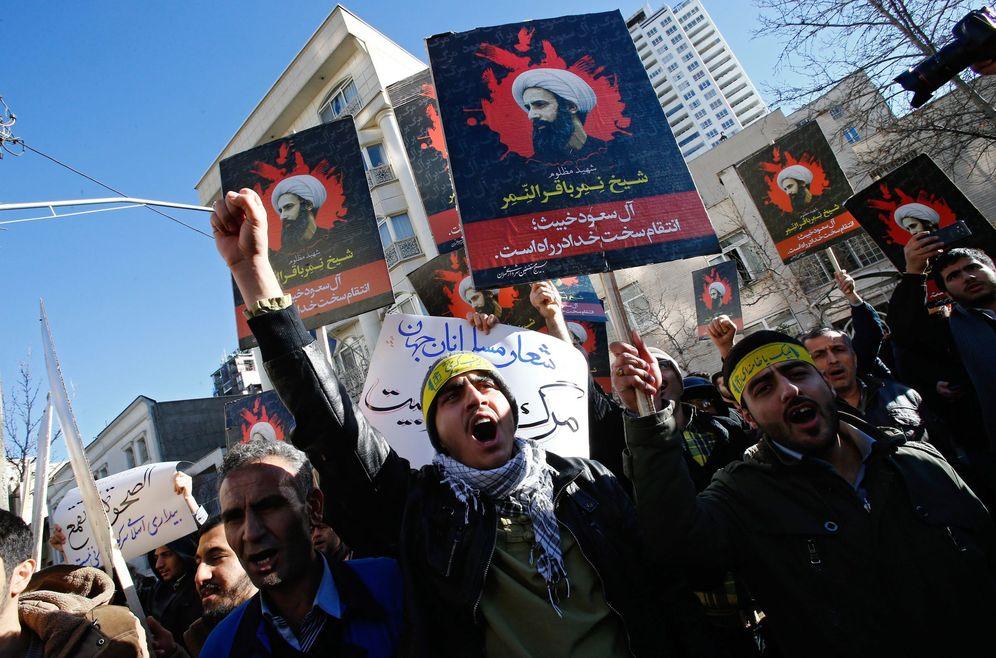 Foto: Manifestantes iraníes, con imágenes del clérigo ejecutado en Arabia Saudí, protestan ante la embajada saudí en Teherán. (EFE)