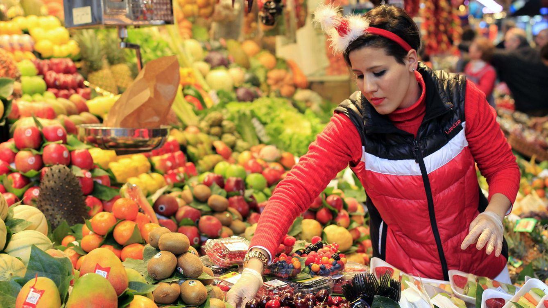Foto: Compras navideñas en el Mercado de la Boquería en Barcelona (Efe)