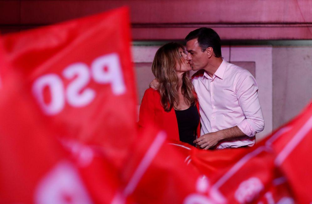 Foto: Pedro Sánchez besa a su mujer, Begoña Gómez, en la celebración de la victoria electoral de este 28-A. (Reuters)