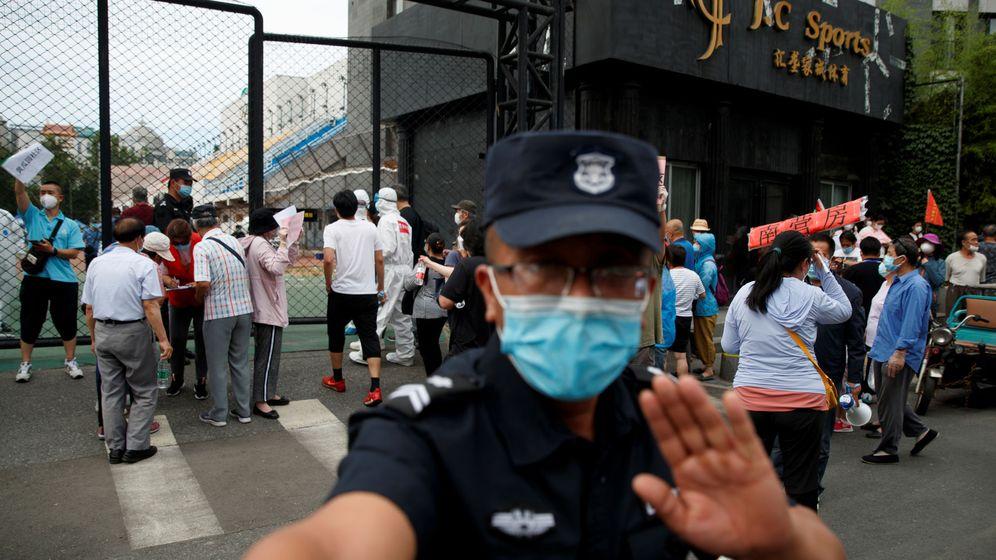 Foto: Un guardia de seguridad, cerca de un centro deportivo en Pekín tras el reciente brote de covid. (Reuters)