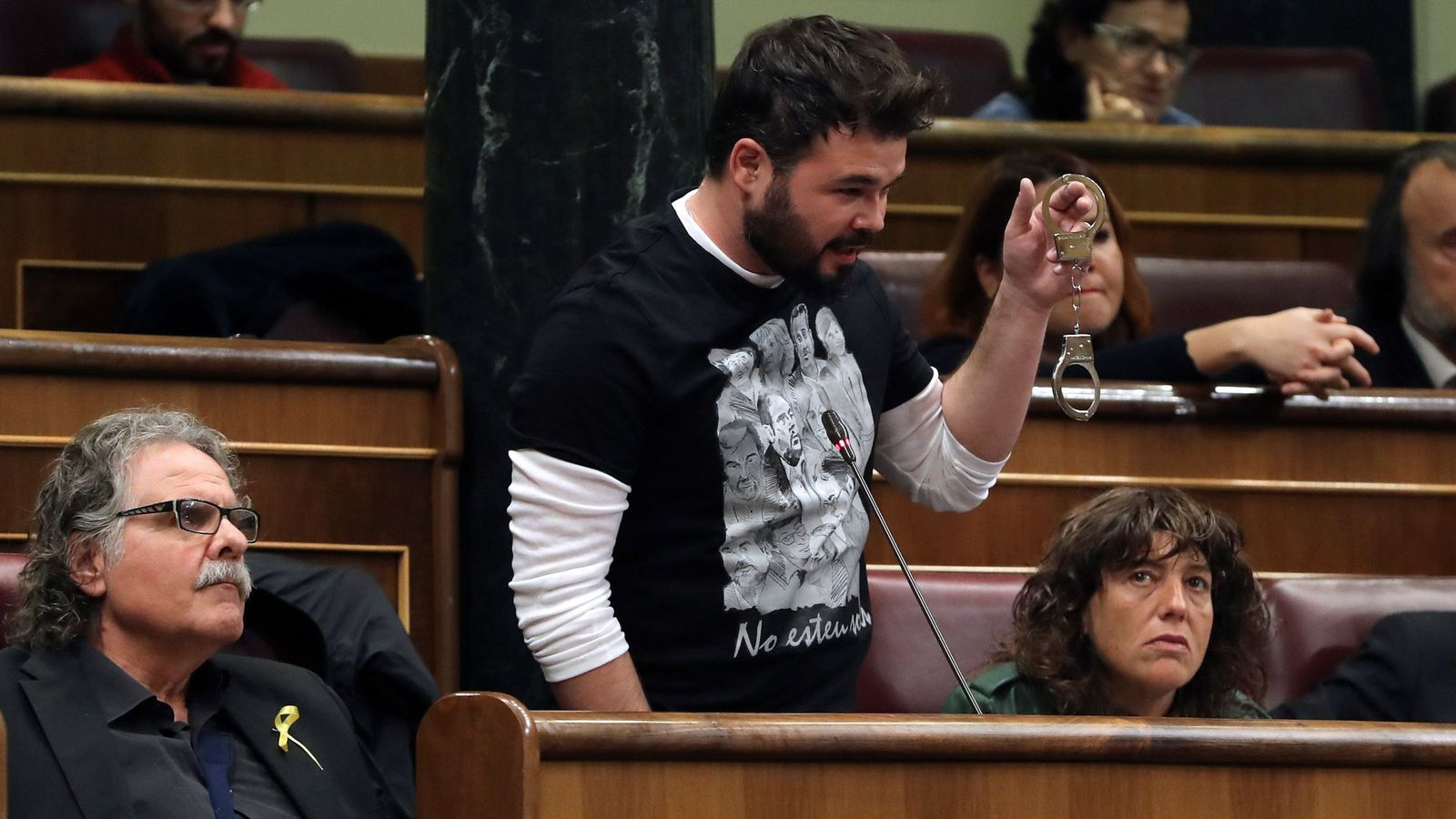 Foto: El diputado de ERC Gabriel Rufián muestra unas esposas en la sesión de control al Gobierno. (EFE)