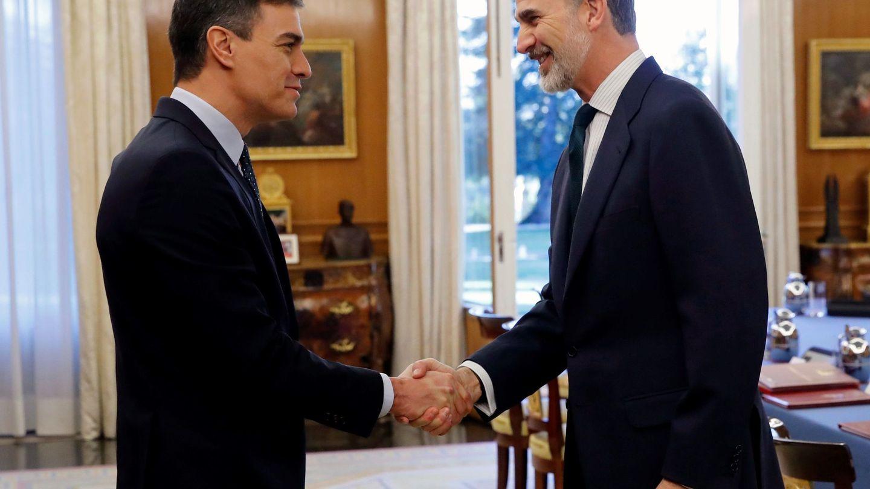 Felipe VI, recibiendo al presidente del Gobierno, Pedro Sánchez, en una imagen de archivo. (EFE)