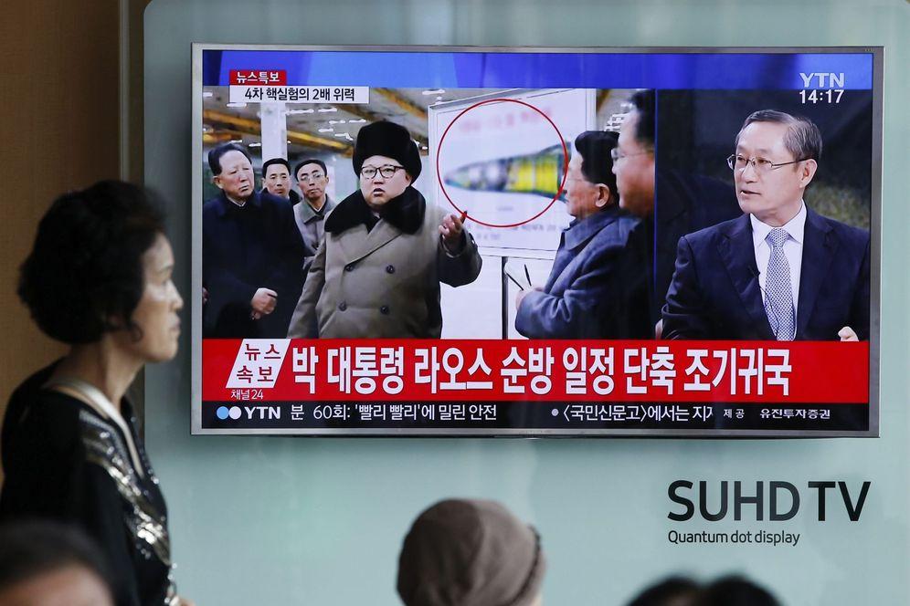 Foto: Surcoreanos siguen las noticias en una pantalla de televisión en Seúl tras la prueba nuclear de Corea del Norte (Efe).