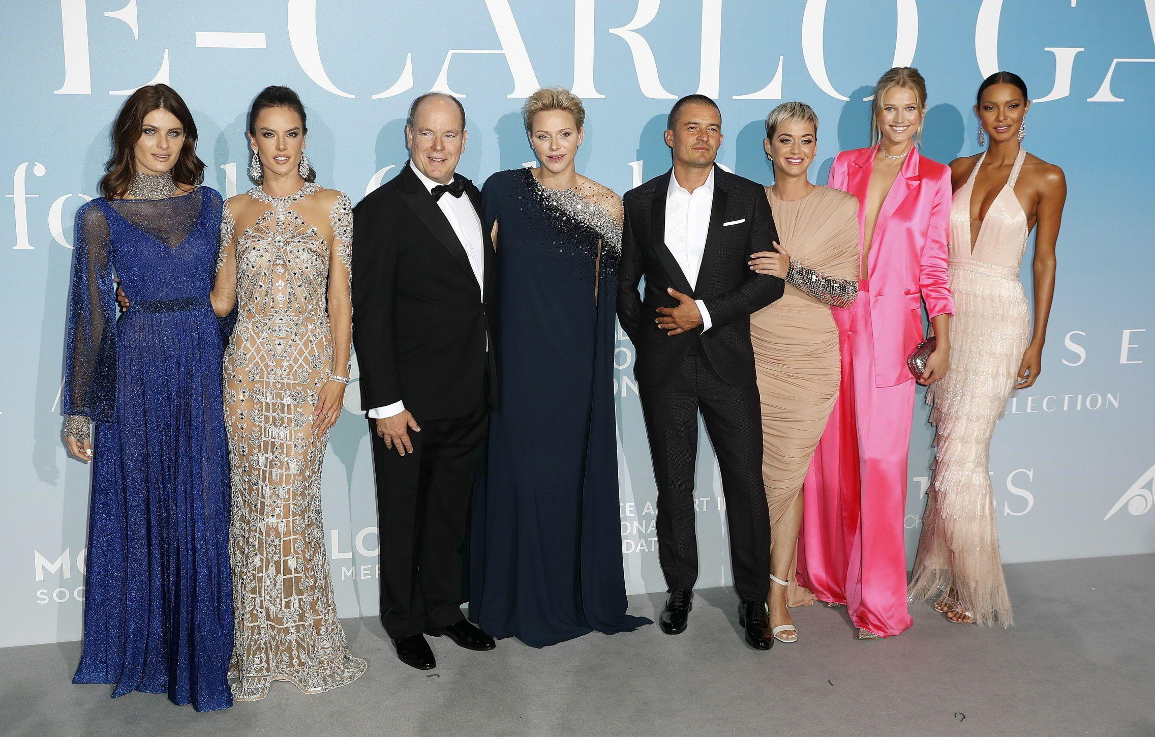 Los príncipes de Mónaco, junto Alessandra Ambrosio, Toni Garrn y otros invitados. (EFE)