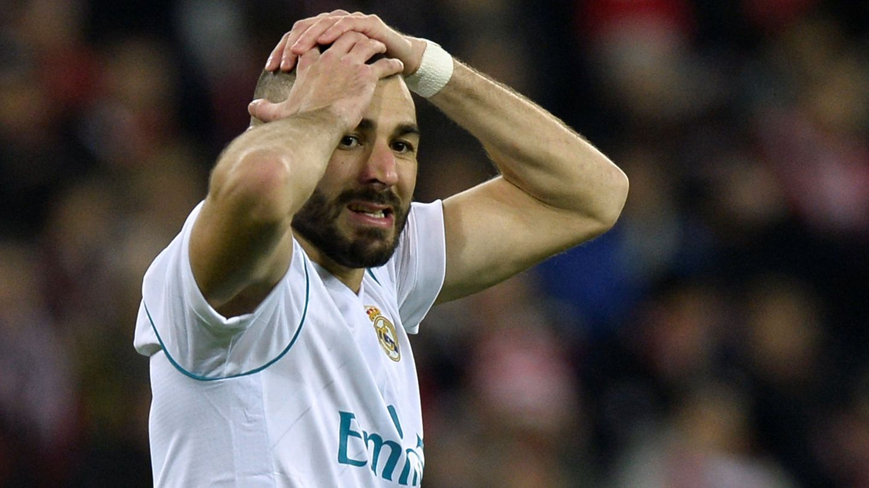 Karim Benzema se lamenta tras una oportunidad perdida. (Reuters)