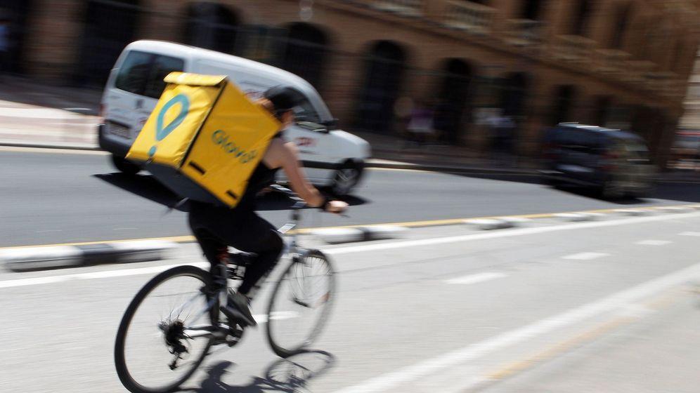 Foto: Un conductor de Glovo por las calles de Valencia. (EFE)