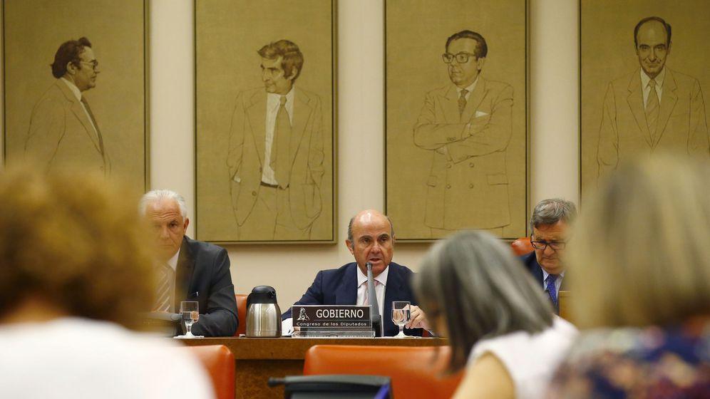 Foto: Guindos, durante su comparecencia en el Congreso. (EFE)
