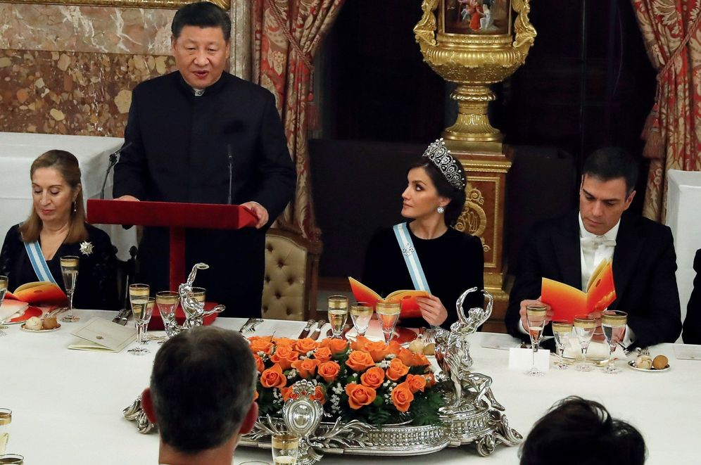 Foto: El presidente chino Xi Jinping, pronuncia unas palabras en presencia de la reina Letizia y el presidente del Gobierno, Pedro Sánchez. (EFE)