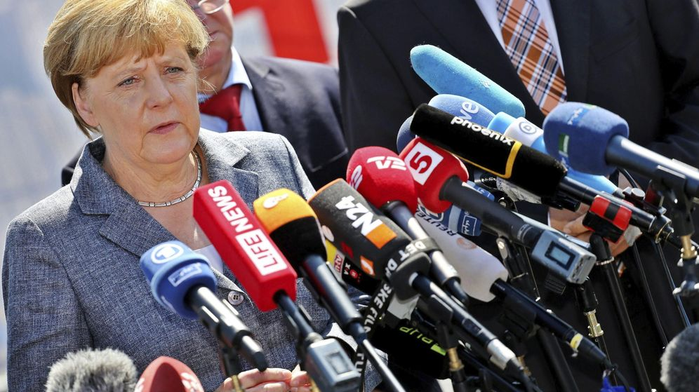Foto: Merkel, abucheada por los vecinos al visitar un centro de refugiados atacado. (Efe)