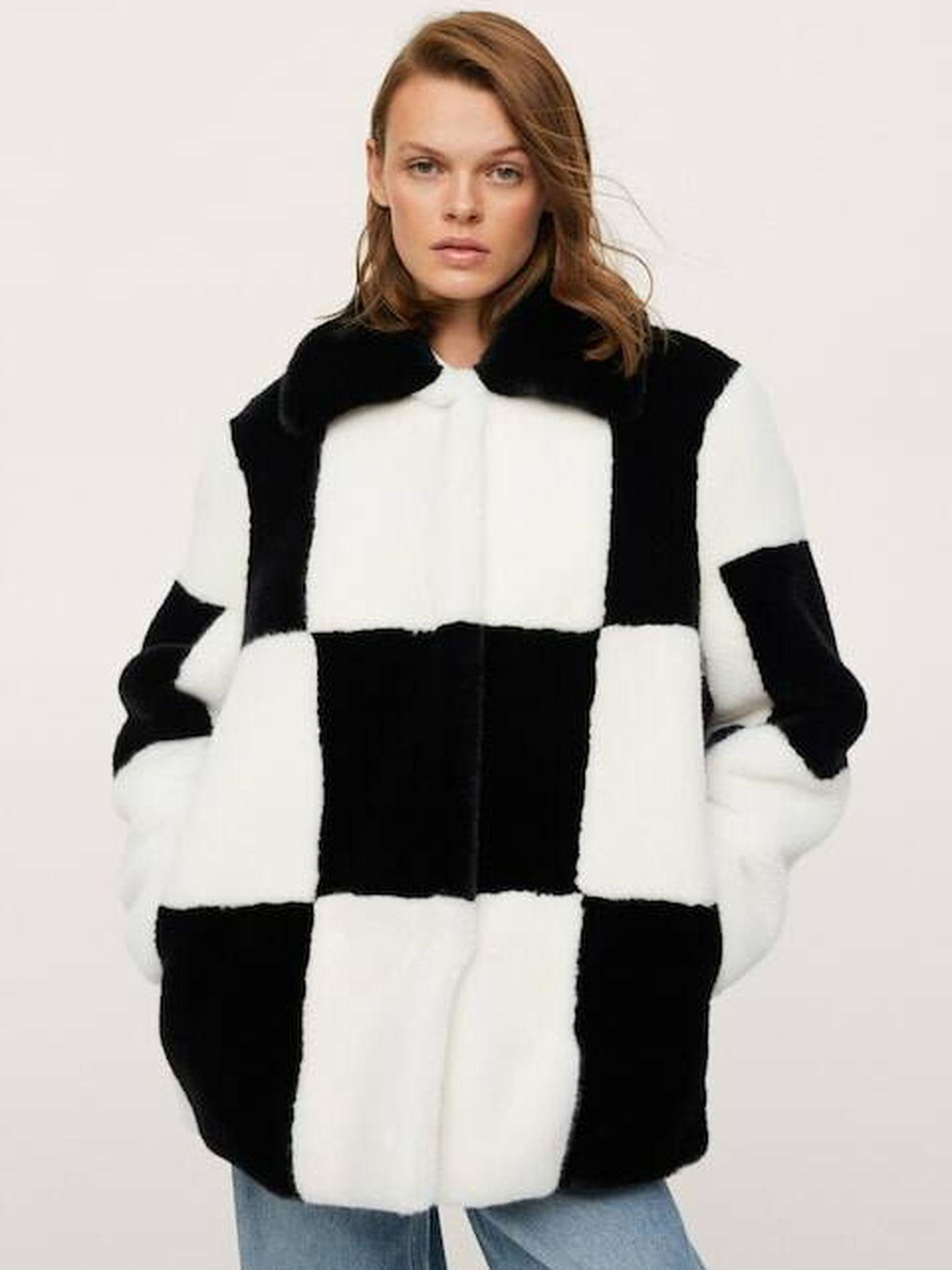 El abrigo tablero de ajedrez de Mango. (Cortesía)
