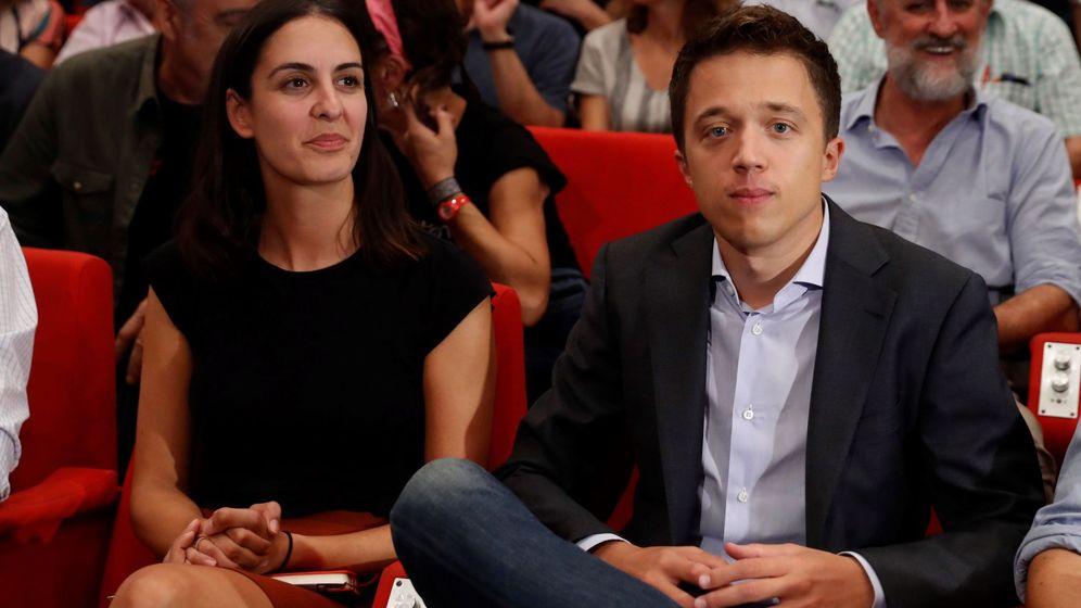 Foto: El candidato de Más País, Íñigo Errejón, junto a Rita Maestre y el edil Luis Cueto, sentado tras ellos, en el lanzamiento de Más País. (EFE)