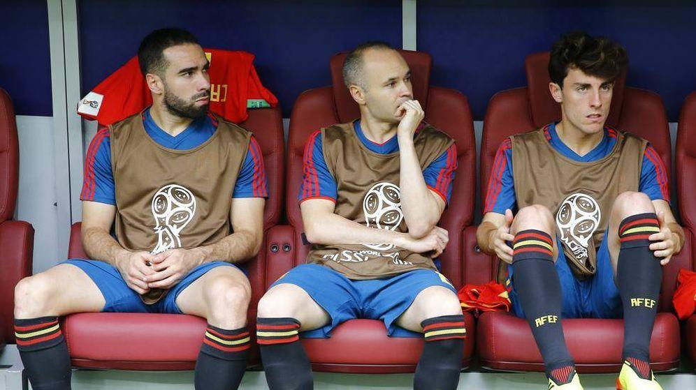 Foto: Iniesta, entre Carvajal y Odriozola, en su último partido con España. (EFE)