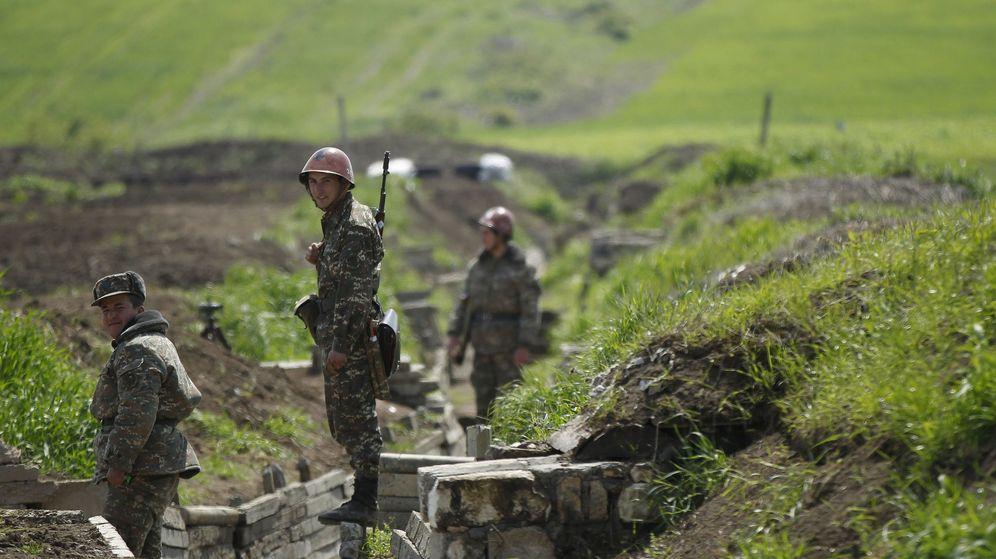 Foto: Soldados armenios en una trinchera en Nagorno Karabaj. (Reuters)