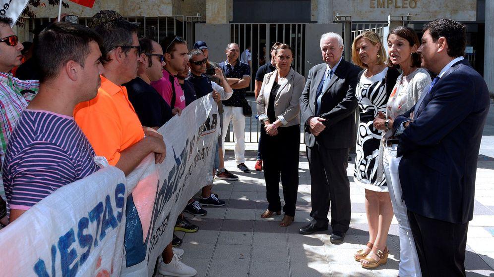 Foto: La ministra de Industria, Reyes Maroto (2d), con los consejeros de Economía y Empleo de la Junta de Castilla y Léon, Pilar del Olmo (3d) y Carlos Fernández Carriedo (d), conversa con los trabajadores de Vestas. (EFE)