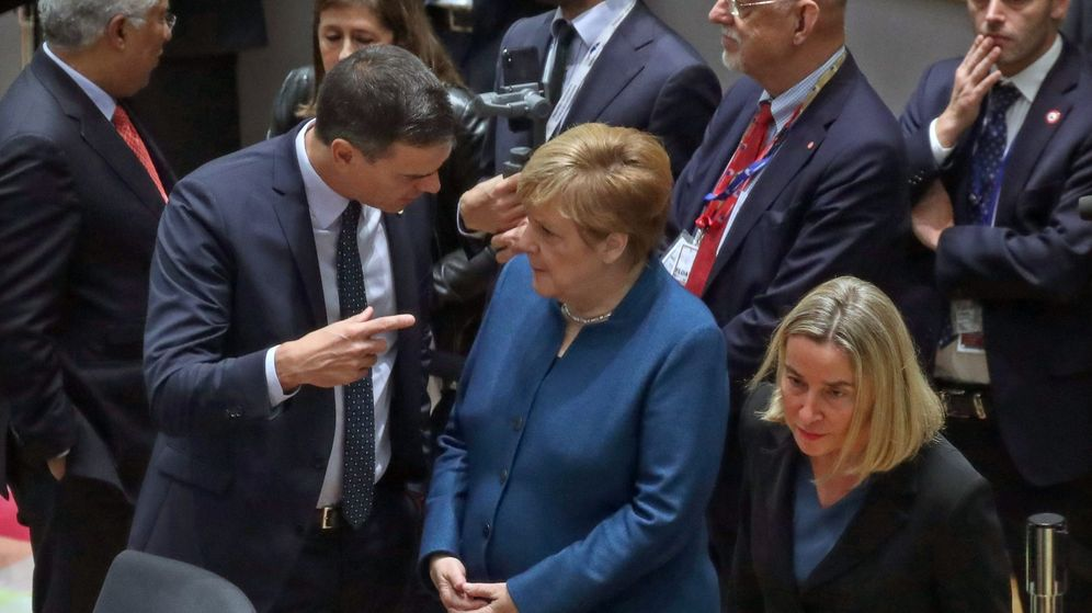 Foto: Pedro Sánchez y Angela Merkel hablan durante un encuentro en Bruselas. (Reuters)