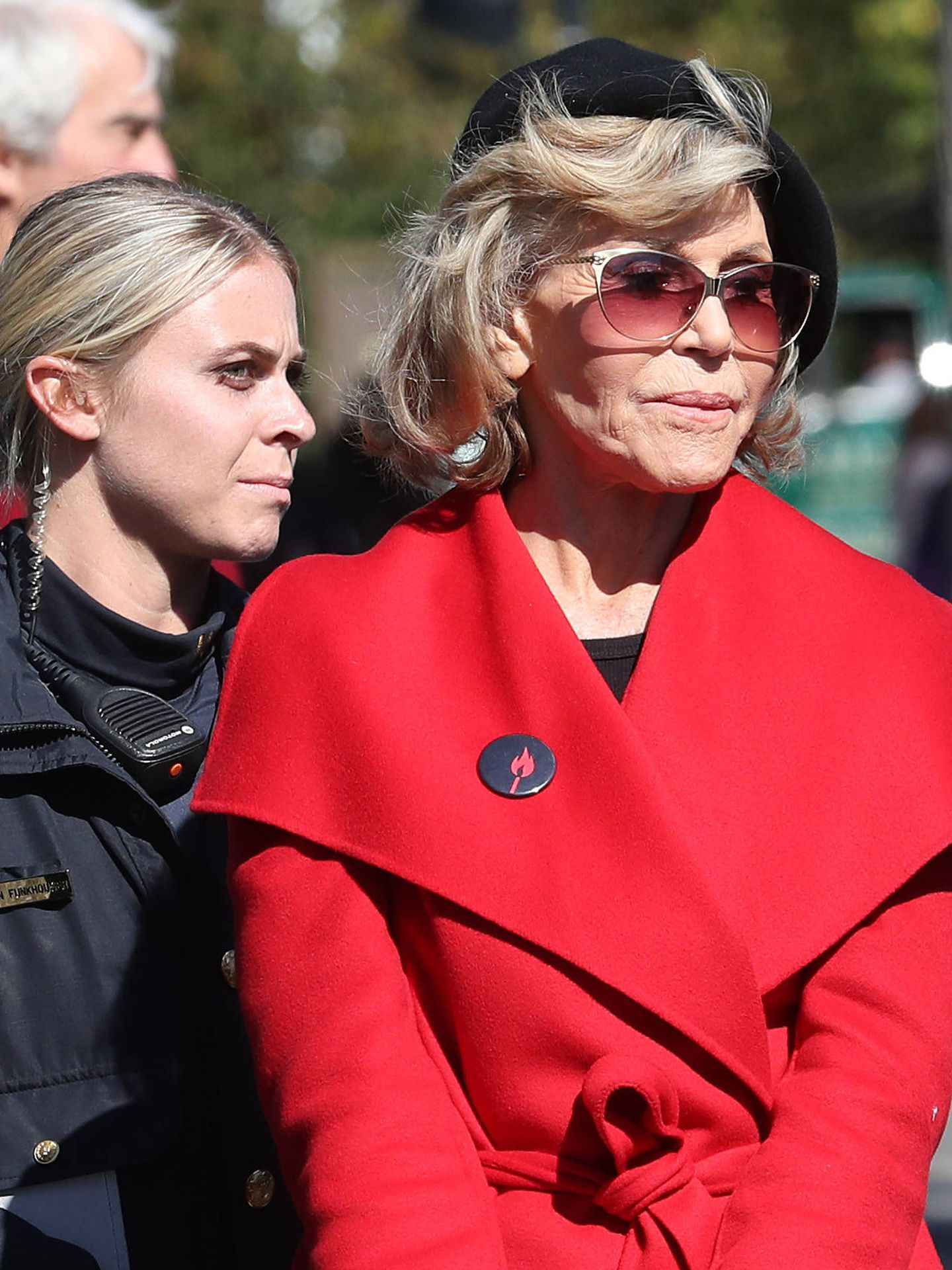Jane Fonda (con su look de activista),  siendo arrestada por manifestarse contra el cambio climático frente al Capitolio. (Getty)