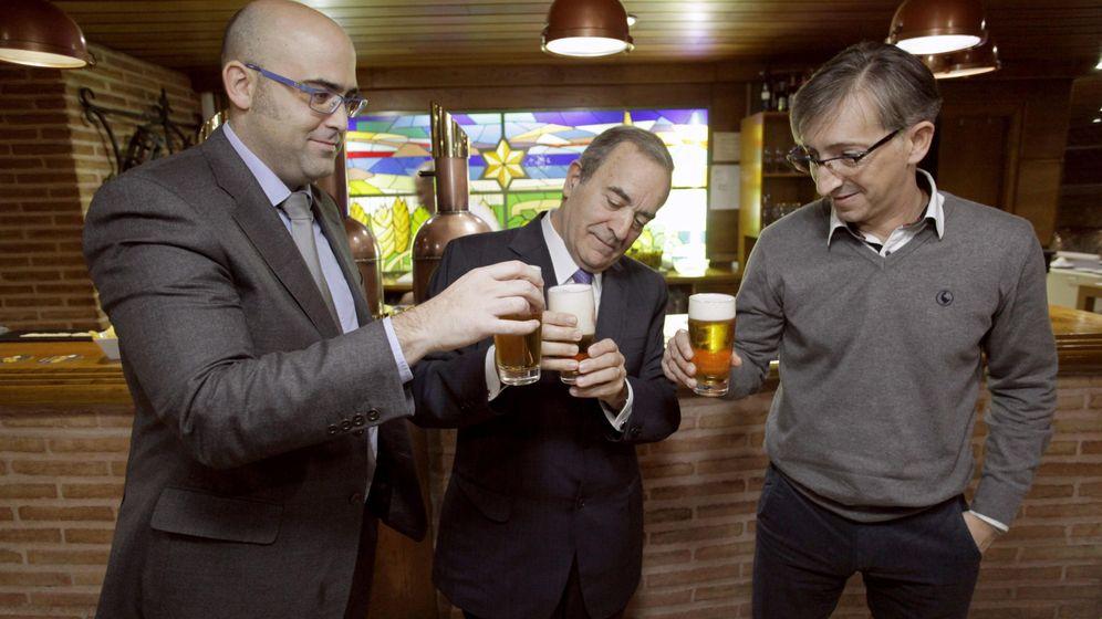Foto: El dueño de Monbus y presidente del Obradoiro, Raúl López (c), junto con el director general del club, José Luis Mateo y el entrenador, Moncho Fernández. (EFE)