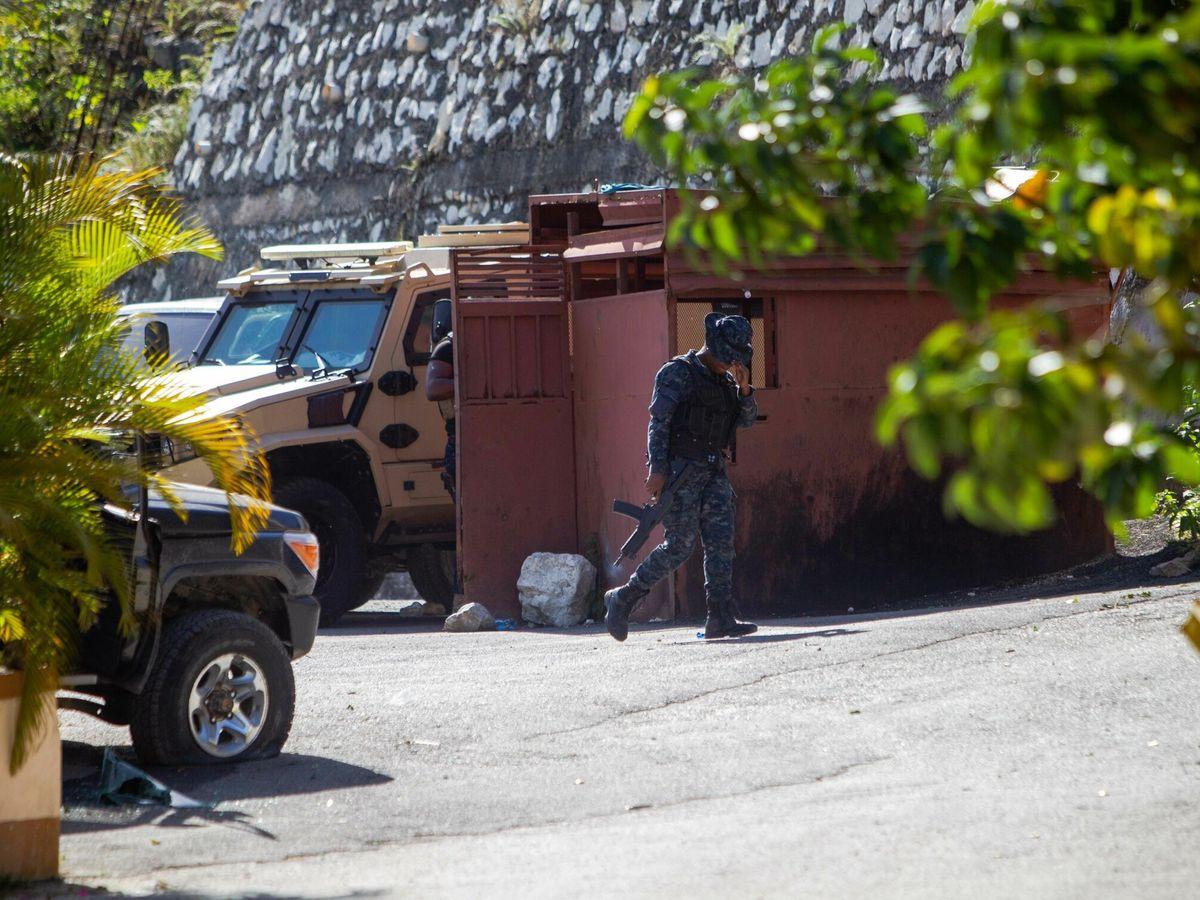 Foto: Agentes de seguridad vigilan la casa del difunto presidente haitiano. (EFE)