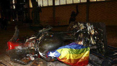 Tumban la estatua ecuestre de Franco decapitada en Barcelona