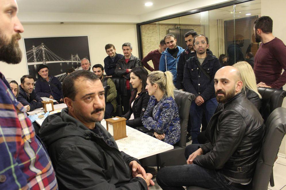 Foto: Reunión de los trabajadores de Bravo Factory para redactar una nueva carta a Zara (P. Cebrián)
