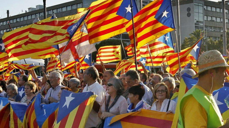 Centenares de independentistas forman un cordón humano alrededor del foro
