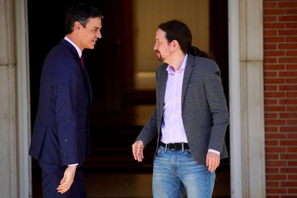 Foto: Pedro Sánchez y Pablo Iglesias, antes de la reunión que mantuvieron en .a Moncloa el pasado 7 de mayo. (Reuters)
