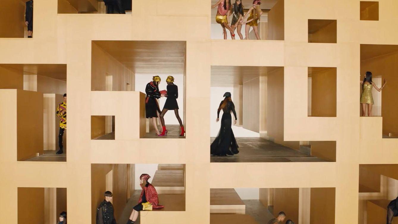 Loewe y Versace proponen una realidad colorista y gráfica
