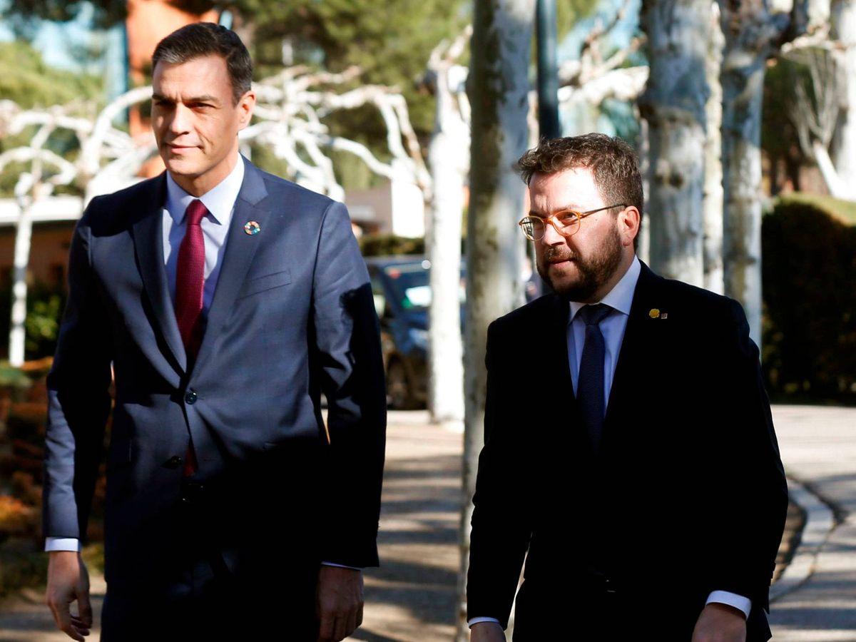 Foto: Sánchez y Aragonès, llegando a la primera reunión de la mesa de diálogo. (EFE)