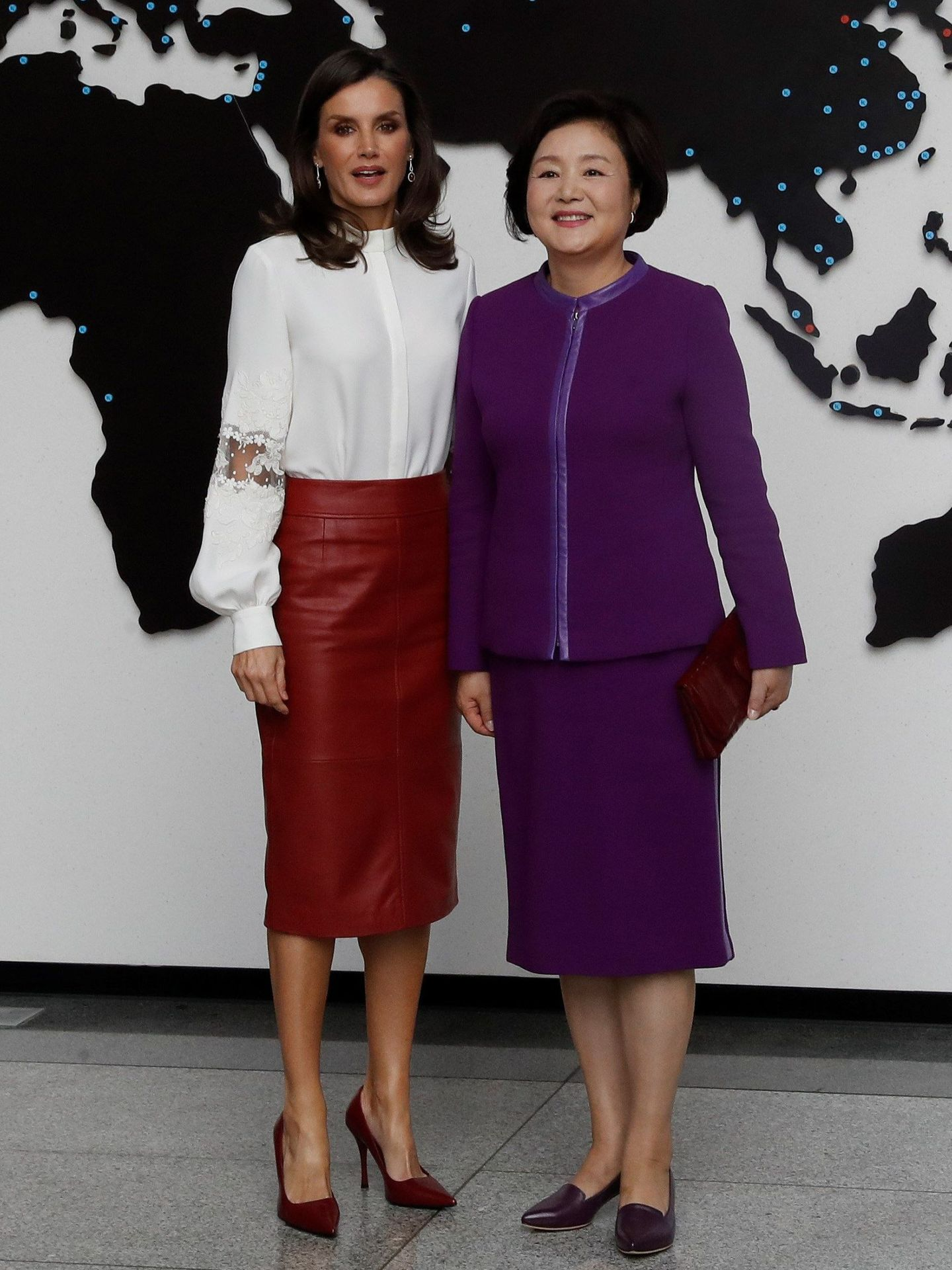 La Reina, en Corea con la misma falda. (Reuters)